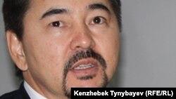 Марғұлан Сейсембаевтың «Альянс Банк» АҚ директорлар кеңесі төрағасы кезіндегі суреті. Алматы, 11 қараша 2010 жыл.