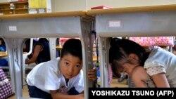Дети прячутся под партами, иллюстративное фото