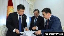 Президент Сооронбай Жээнбеков, Түрк академиясынын президенти Дархан Кадыралы, профессор Кадыралы Коңкобаев.