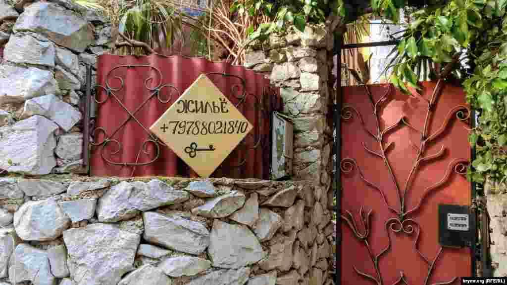 До начала туристического сезона еще несколько месяцев, но объявления о сдаче жилья можно увидеть уже сейчас