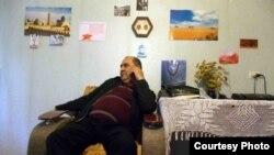 Начальник отдела по борьбе с терроризмом УВД Мирзо Улугбекского района Ильяс Мустафаев в доме Елены Урлаевой.