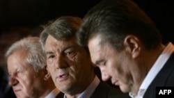 از راست به چپ: ویکتو یاناکوویچ، نخست وزیر، ویکتور یاناکوویچ، رییس جمهوری و اولکساندر موروز، رییس پارلمان اوکراین