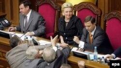 Как и в предыдущие дни, сегодня оппозиция в парламенте не допускает персонал к системе электронного голосования, блокирует в зале пленарных заседаний президиум, трибуну и правительственную ложу
