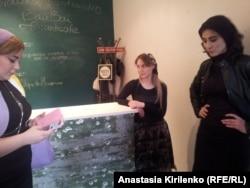 Центр сучасного мистецтва в Грозному. Кафе. На стійці видно сліди від куль