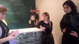 Центр современного искусства в Грозном. Кафе. На стойке видны следы от пуль