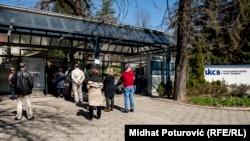 Sarajlije čekaju na testiranje na korona virus prije ulaska u Klinički centar Univerziteta u Sarajevu, 16. mart
