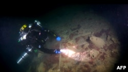 Водолаз изучает место обнаружения корабля византийской эпохи, Севастополь, Крым.