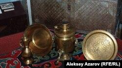 Ахмет Байтұрсынұлы мұражайындағы жәдігерлер. Алматы, 3 қыркүйек 2012.