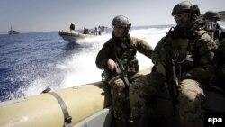 سربازان نیروی دریایی ایتالیا به دنبال قایق های حامل مهاجران غیرقانونی