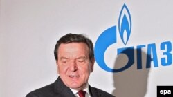 """Германияның бұрынғы канцлері Герхард Шрёдер Ресейдің """"Газпром"""" компаниясы кеңсесінде баспасөз мәслихатын өткізіп отыр. 2006 жылдың наурызы."""