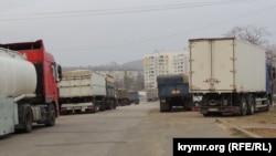 Керчь: украинские и крымские грузовики в очереди на паром.