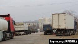 Вантажівки в черзі на переправу