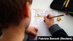 Школьник занимается дома после закрытия школ из-за пандемии. Иллюстративное фото.