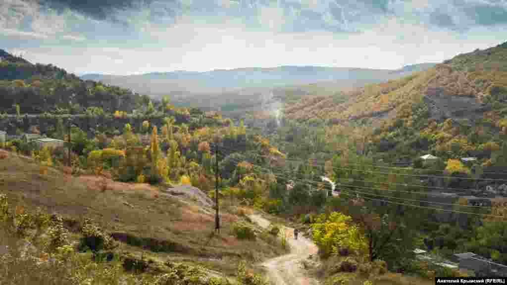 Внизу вьется между гор дорога к поселку крымских астрономов Научный