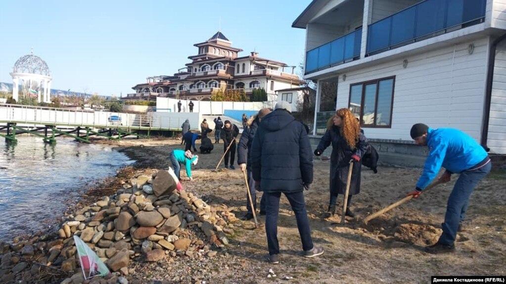 """Акцията на Организацията за закрила на българските граждани на плажа в """"Росенец"""" в неделя, 17 януари 2021 г. Снимка Даниела Костадинова"""