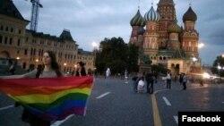 ЛГБТ-активистка на Красной площади в Москве, ноябрь 2019 года