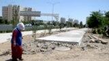 Работницы, осуществляющие уборку улиц столицы Туркменистана, традиционно носят, защищающие от солнца белые платки.