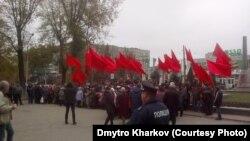 На акцію до сторіччя Жовтневої революції в Запоріжжі зібралися близько 70 осіб, вони мали при собі червоні прапори