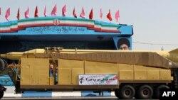 Raketa iraniane gjatë parakalimit në paradën ushtarake në Teheran