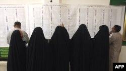 مواطنون يتفحصون أسماء مرشحي التيار الصدري