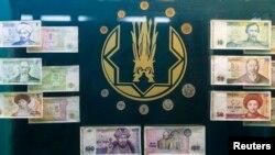 Первые банкноты и монеты тенге, изъятые из обращения. Иллюстративное фото.