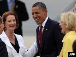 Australijska premijerka Julija Gilard (levo) sa predsednikom Amerike Barakom Obamom na aerodromu u Kamberi, 16. novembar 2011.