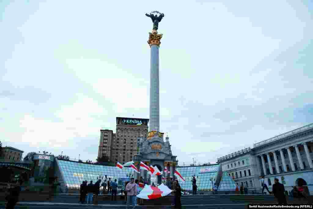 Активісти розгорнули15-метровий стяг у центрі Києва