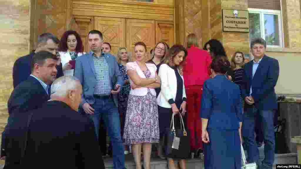 македонија - Опозициската ВМРО-ДПМНЕ до Јавното обвинителство за организиран криминал и корупција поднесе кривична пријава против премиерот Зоран Заев, против Никола Димитров, против Талат Џафери, како и против сите пратеници кои што гласале за Договорот со Грција, соопшти ВМРО-ДПМНЕ.