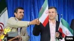 محمود احمدینژاد در حاشیه یک سخنرانی در استان سمنان، پرچم ایران را به دست اسفندیار رحیممشایی داد.