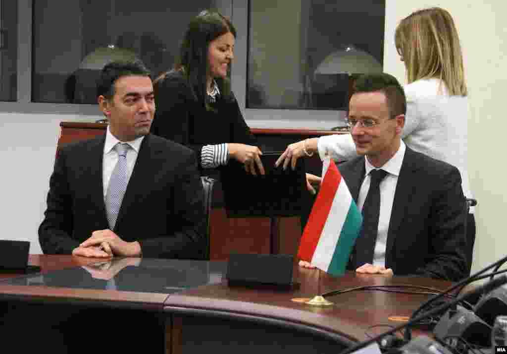 МАКЕДОНИЈА - Следниот НАТО самит е незамислив без прашањето за проширувањето, а сакаме во февруари ЕУ да одреди датум за преговори со Македонија, истакна шефот на унгарската дипломатија Петер Сијарто за време на неговата посета на Македонија. Шефот на македонската дипломатија Никола Димитров, по средбата со Сијарто, ја потенцираше решителноста на Македонија на патот кон ЕУ и НАТО и најави дека разговорите спорот со Грција за името ќе продолжат по празниците.