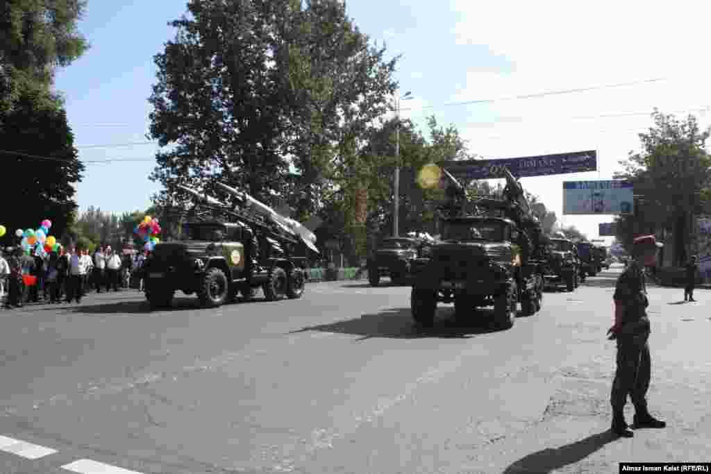 Военные в ожидании начала парада.