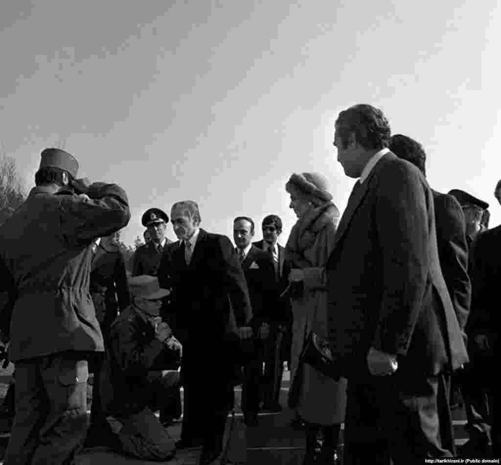 شاه و شهبانو فرح در ۲۶ دی ۵۷ به هنگام خروج از ایران