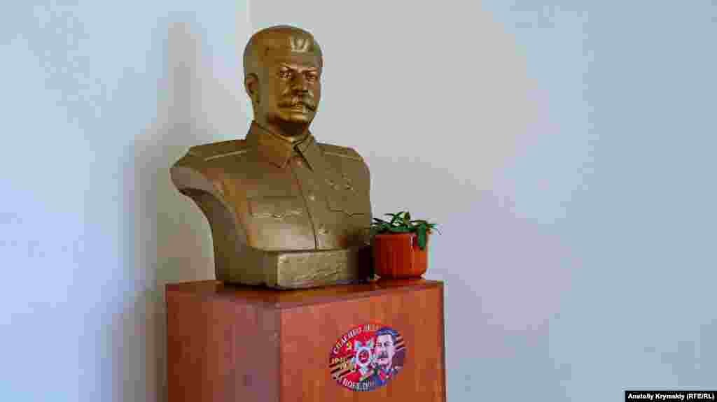 Из прошлого в кооперативе остался бюст Иосифа Сталина. Он стоит в вестибюле управления кооператива