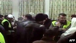 ناظران اتحادیه عرب در میان جمعی از مردم شهر اریحا در سوریه