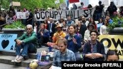 """""""Уолл Стритти ээле"""" кыймылынын Нью-Йорктогу акциясы. 1-май, 2012-жыл."""