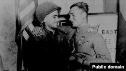 Русский и американский солдаты на фоне знака, символизирующего историческую встречу на Эльбе (Фото: William E. Poulson)