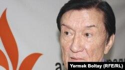 Қазақстан халық әртісі, балет өнерінің шебері профессор Болат Аюханов Азаттық радиосының Алматыдағы бюросында. 12 қараша 2010 жыл.