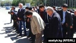 Өкмөт үйүнүн алдына өкүрүп чыккан маданият ишмерлери. Бишкек, 24-апрель, 2014