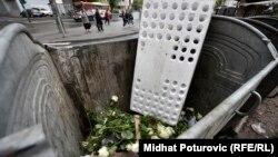 Bijele ruže bačene u obližnji kontejner, Sarajevo, 3. maj 2016.