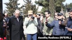 Журналисты посетили могилу Эльмара Гусейнова