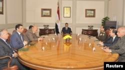 الرئيس المصري محمد مرسي في إجتماع مع أعضاء في الحكومة