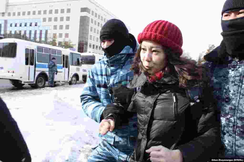 Полицейский спецназ задерживает в Нур-Султане активиста движения Respublika Бэллу Орынбетову.