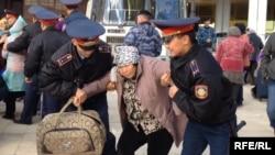 Полиция наразы борышкерлерді ұстап әкетіп барады. Астана, 1 қазан 2013 жыл.