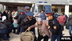 """Полицейские задерживают участников акции протеста """"ипотечников"""". Астана, 1 октября 2013 года."""