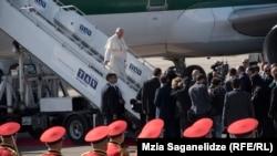 რომის პაპი ფრანცისკე თბილისის აეროპორტში