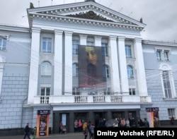 "Афиша ""Жанны на костре"" на фасаде оперного театра"