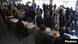 Ապրիլի 2-ի ընտրությունները Երևանի ընտրատեղամասերից մեկում