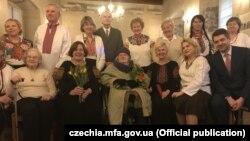 Марія Леонтович (сидить у центрі) під час відкриття виставки, фото посольства України в Чехії