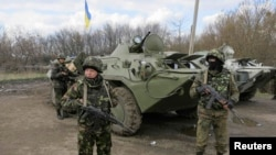 Украина шарқидаги Изиум шаҳри яқинига етиб келган мамлакат армияси аскарлари, 2014 йил 15 апрель.