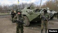 Украинанын чыгышындагы Изюм шаарына жакын жерде турган украин аскерлери, 15-апрель, 2014.